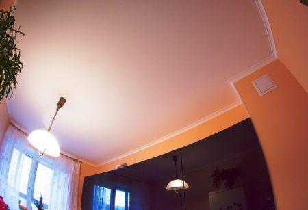 Отштукатуренное потолочное покрытие – стандартная отделка, оптимальная для низких помещений