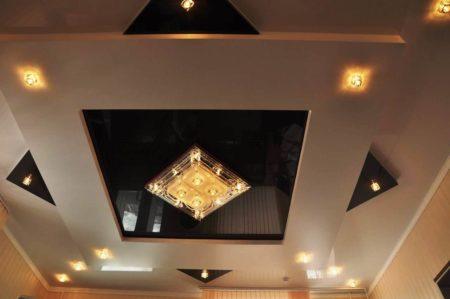 Интересная комбинация люстры и точечных элементов освещения на потолочном покрытии – стильно и оригинально