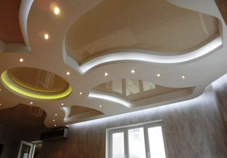 Система крепления гипсокартонных плит на профиль проста, а потолок оригинален