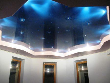 Красивый потолок для любого помещения, даже для кухни. Монтаж натяжного покрытия прост