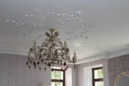 Фото лепнины на натяжном потолке