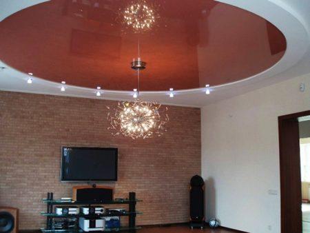 Интерьер с окружностью на потолке в центре