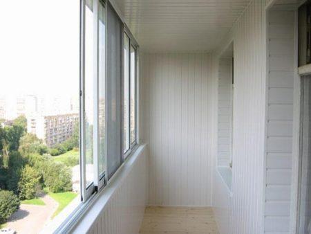Использование пластикового материала для облицовки балкона