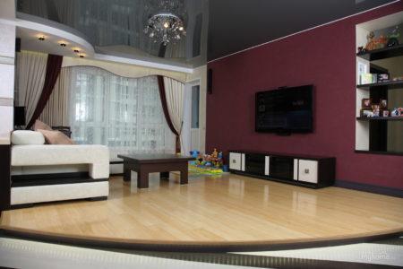 Фото интересного дизайна гостиной с темно-серым потолком и светло-бордовыми стенами