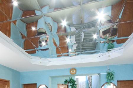 Интересные предметы в качестве элементов декора на потолке, выполненное квадратами