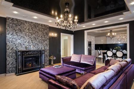 Роскошное оформление гостиной с камином с декорированием потолков и стен темными цветами с вкраплениями белых оттенков