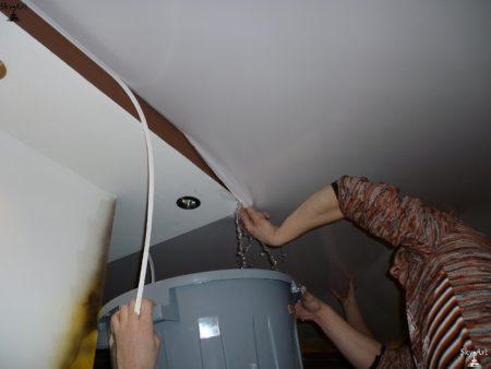 Как слить воду с тканевого натяжного потолка