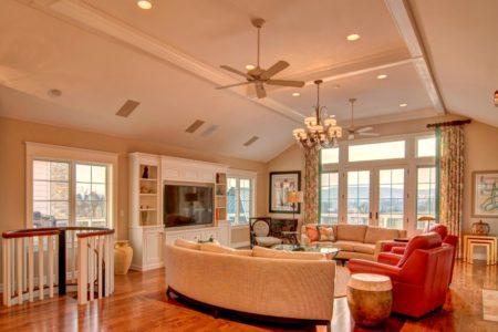 Невероятно интересный дизайн гостиной внушительных габаритов, который выполнен в светлой и теплой цветовой гамме