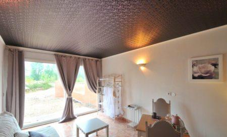 Потолочное полотно из ткани коричневого цвета с необычными принтами
