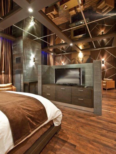 Темно-коричневый дизайн спальни с вкраплениями в виде зеркал на потолке