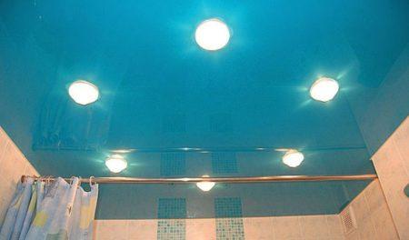 Фото голубого потолка в ванной