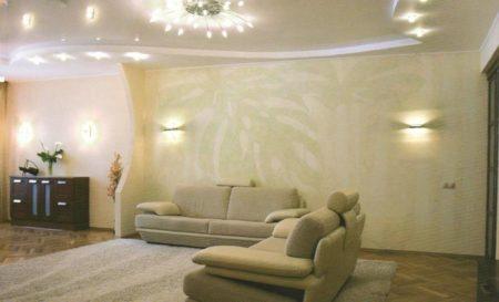 Светлая отделка добавит высоты комнате