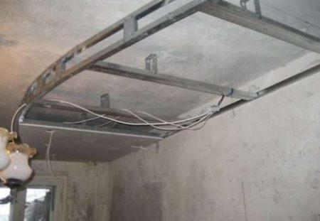 Такого рода потолок уместно выполнять в помещениях с достаточной высотой