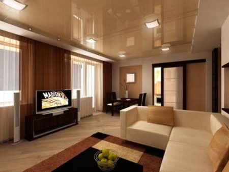 Строгий дизайн гостиной смягчается мягким и глубоким оттенком охры, присутствующим во всех деталях интерьера