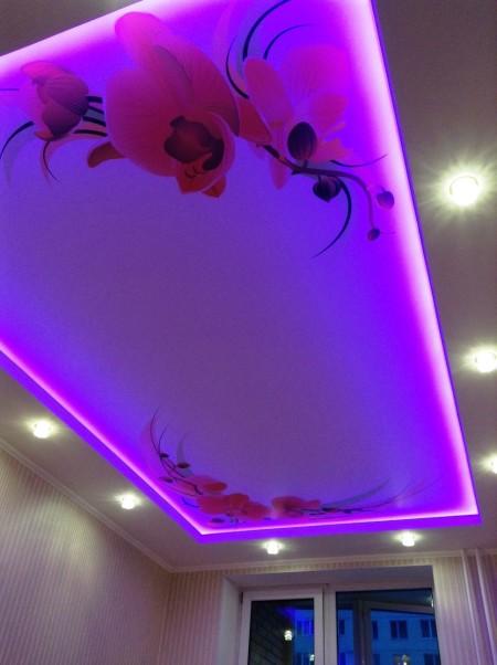 Красивый натяжной потолок для любого помещения, подсветка лишь его дополнит