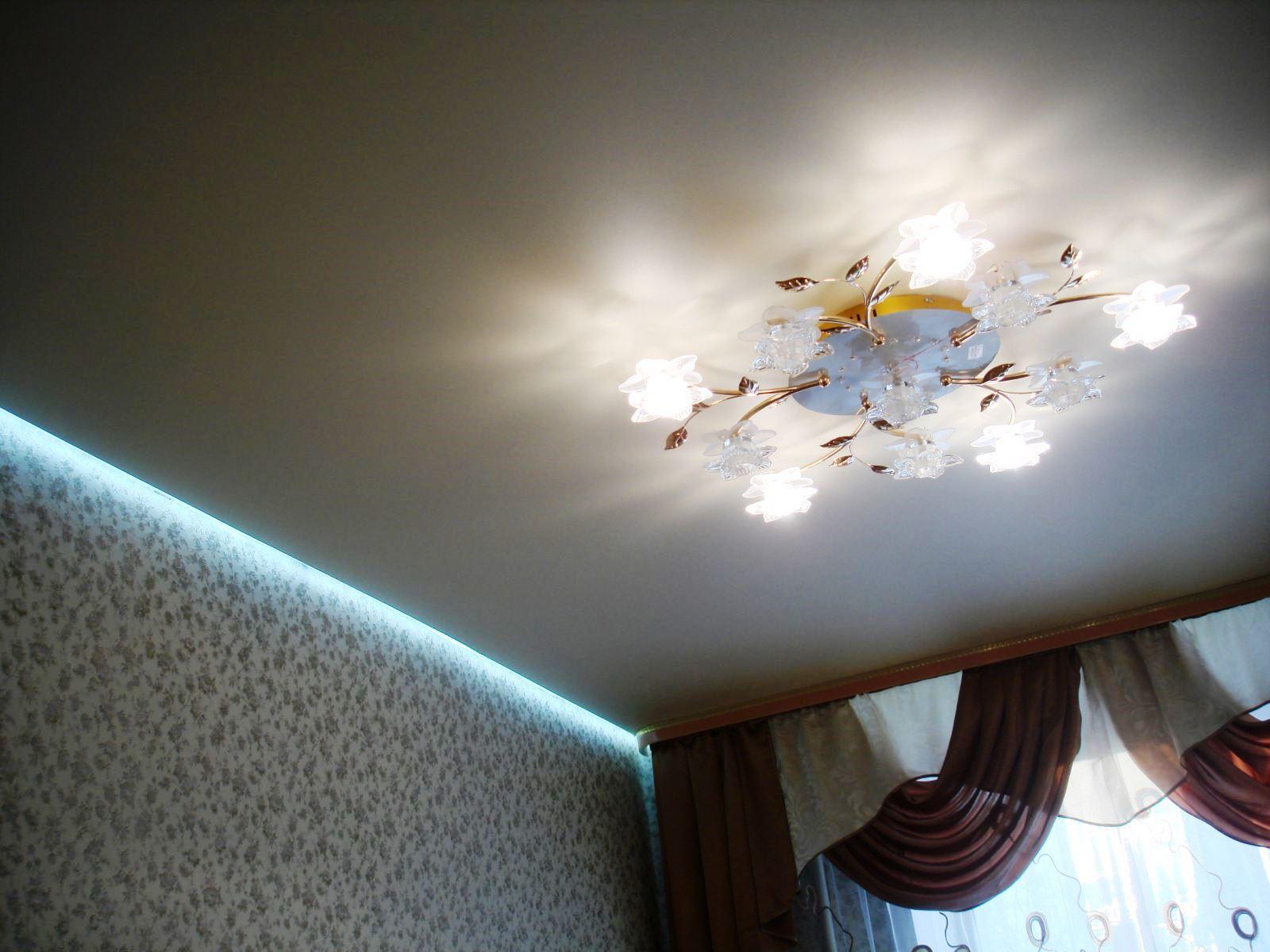 Лампа и светодиодная лента на фото – элегантность во всем