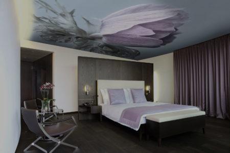Роскошное полотно из ткани с натуральным цветком из фотопечати в интерьере комнаты