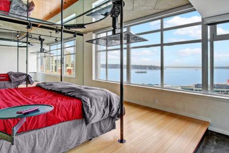 Ультрасовременное пространство спальни вместе с зеркалами в качестве потолка
