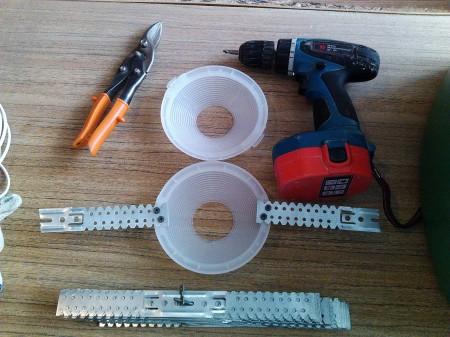 Инструменты и стойки, которые используются, когда монтируется точечный светильник