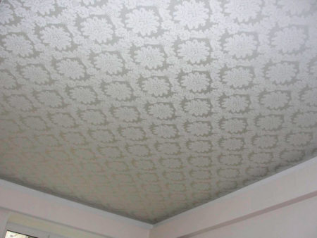 Фото неординарного орнамента на потолке белого цвета в качестве украшения интерьера