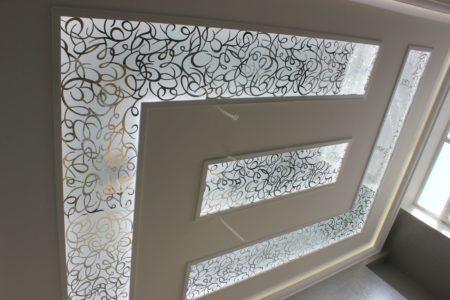 Замысловатые формы и текстуры изделия на потолке для спальной комнаты