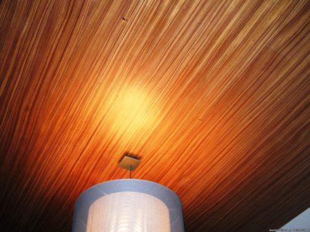 Древесная текстура потолочного полотна – выбор креативных людей