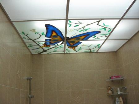 Выполнение поверхности потолка ванной комнаты из стеклянных панелей