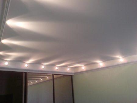 Фото освещения ниши потолка софитами