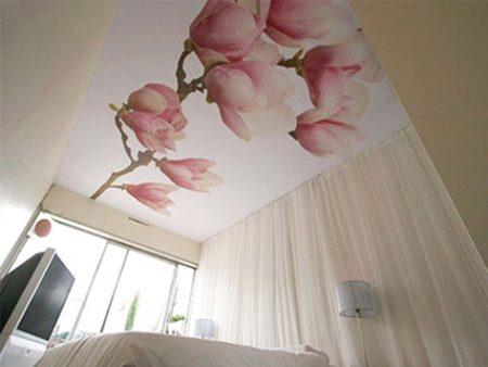 Цветок на натяжном потолке из ткани, добавляющий эстетичности в интерьере