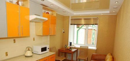 Натяжной глянцевый потолок идеально сочетается с и кухонной обстановкой