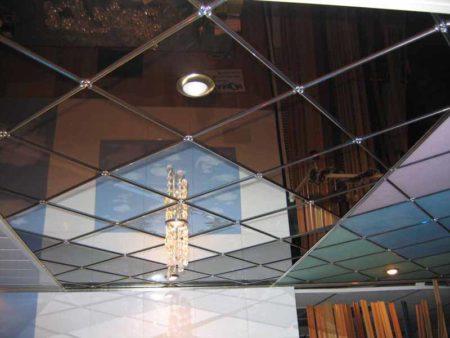 Простой, но интересный дизайн потолка, выполненный с помощью зеркал квадратной формы