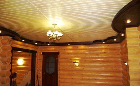 Светлый потолок под дерево – смелое решение