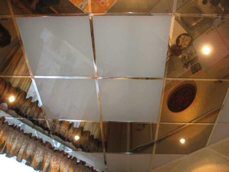 Зеркальная поверхность потолка на кухне