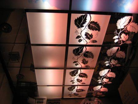 Эстетическое оформление зеркалами с матовой поверхностью и орнаментом на потолке, где дополнительно задействована цветная подсветка