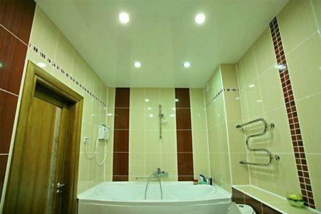 Окрас полотна должен перекликаться с палитрой отделки стен и пола ванной