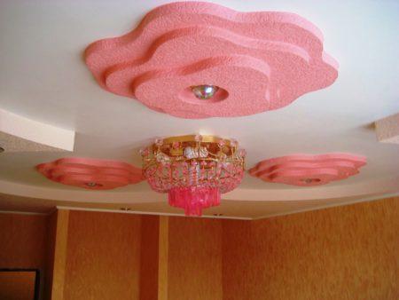 Выпуклая роза на потолке простой конструкции добавит нежности в интерьер гостиной