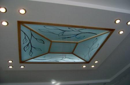 Аккуратный элемент декора в помещении, который представлен комбинированием интересных поверхностей и рисунком на них