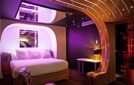 Невероятный дизайн спальни, где задействовано зеркало прямо над кроватью