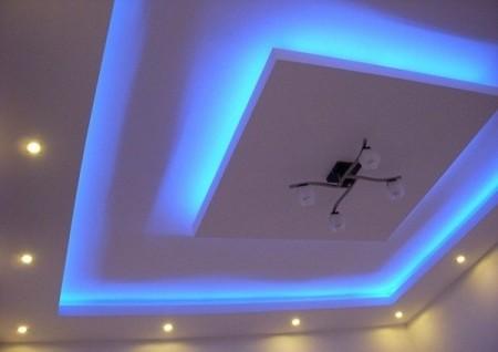 На фото популярный многоуровневый дизайн подвесной панели для квадратного потолка