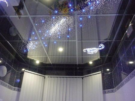 Фото декорирования потолочной поверхности ванной комнаты с помощью зеркал