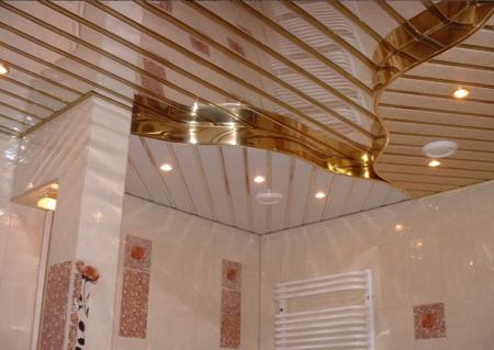 Фото одного из вариантов оформления потолка в ванной рейками с зеркальным напылением
