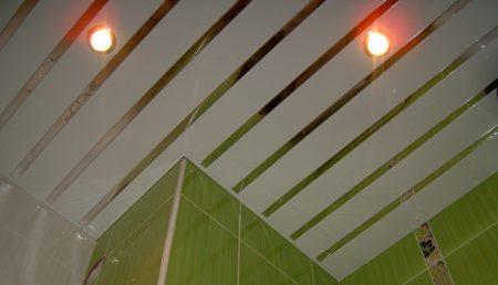 Реечные панели открытого типа в готовом виде на потолке в ванной комнате