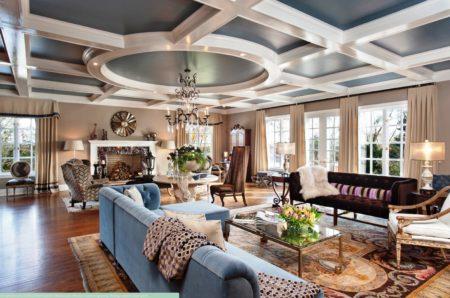 Лакунарный потолок необычного дизайна с круглыми и квадратными элементами и резьбой