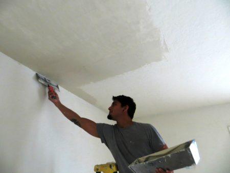 Оштукатуривание потолочного покрытия – техника работы