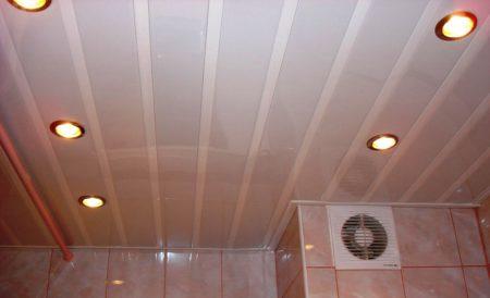 Потолок из ПВХ панелей с оригинальными светильниками – интересный вариант для помещения