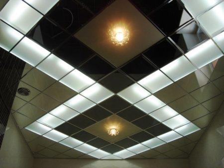 Потолочное покрытие из плит с несложной системой крепления на каркас из профиля – вариант самостоятельно монтажа
