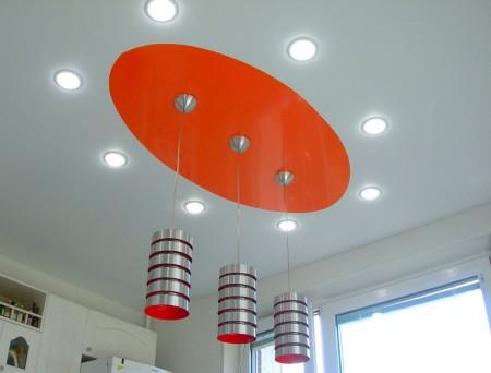 Точечные светильники и компактные люстры в дизайне кухни