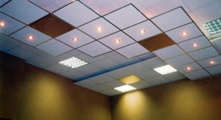 Интересный вариант дизайна подвесного потолка, который выполнен с помощью плитки Армстронг