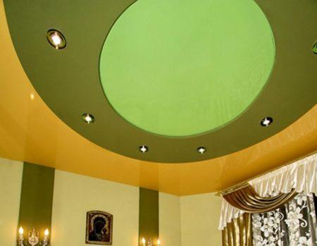 Интерьер с потолком из разных полотен