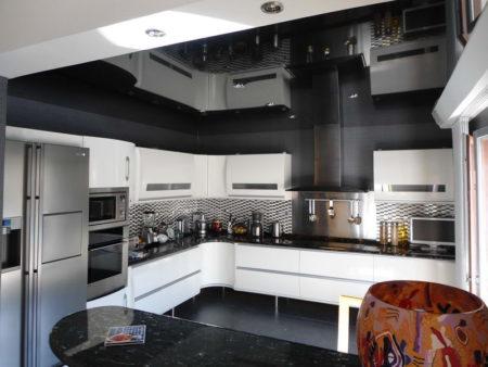 Фото кухни, оформленной в темных и светлых оттенках
